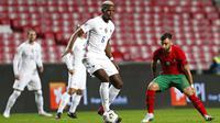 Gelandang Prancis, Paul Pogba, berusaha melewati pemain Portugal, Bruno Fernandes, pada laga UEFA Nations League di Stadion Da Luz, Minggu (15/11/2020). Prancis menang dengan skor 1-0. (AP/Armando Franca)