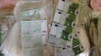 Uang Euro yang dipalsukan Tebuli Lendo setara dengan Rp 4,4 miliar, Jakpus, Senin (19/5/2014) (Liputan6.com/Faizal Fanani)