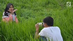 Warga mengambil foto saat surutnya Danau Rawa Pening di Dusun Cikal , Tuntang, Semarang, Jawa Tengah, Minggu ( 30/9). Danau Rawa Pening surut setelah dilanda kemarau selama lebih dari tiga bulan. (Liputan6.com/Gholib)