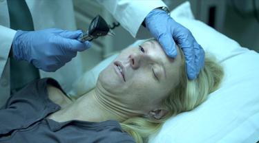 Beth Emhoff (Gwyneth Paltrow), korban pertama dari virus di film Contagion. (Foto: IMDb/ Warner Bros.)