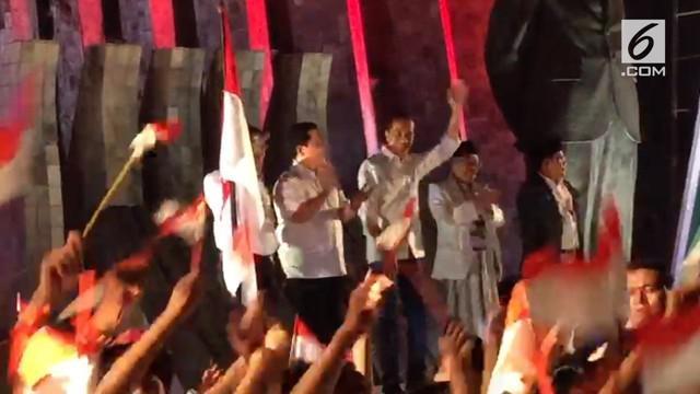 Jokowi sempat berdendang ala goyang dayung bersama para relawan sebelum berangkat ke KPU.
