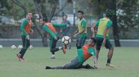 Aksi pemain timnas Indonesia U-23, Osvaldo Haay saat berlatih di Lapangan ABC, Senayan,  (24/4/2018). Timnas akan mengikuti turnamen PSSI Anniversary 27 April-3 Mei 2018. (Bola.com/Nicklas Hanoatubun)