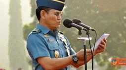 Citizen6, Jakarta: Segenap personel Mabes TNI baik militer maupun Pegawai Negeri Sipil (PNS)melaksanakan upacara bendera tujuh belasan dengan Inspektur Upacara Kapuspen TNI Laksamana Muda TNI Iskandar Sitompul, Senin (18/7). (Pengirim: Badarudin Bakri)