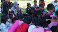 Pendampingan anak-anak korban gempa Donggala yang diinisiasi penerima beasiswa LPDP. (dok. istimewa/Dinny Mutiah)