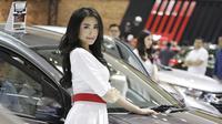 Sales Promotion Girl (SPG) berpose di depan kendaraan yang dipamerkan di GIIAS 2019, ICE BSD, Kamis (25/7). Kehadiran SPG tersebut selain untuk menarik perhatian pengunjung juga bisa memberikan informasi tentang produk. (Bola.com/M Iqbal Ichsan)