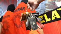 Petugas menunjukkan sejumlah kunci mobil curian di Polres Metro Jakarta Selatan, Senin (30/4). Polisi berhasil menangkap 10 orang tersangka spesialis pencurian mobil dan penadah di kawasan Subang. (Liputan6.com/Immanuel Antonius)