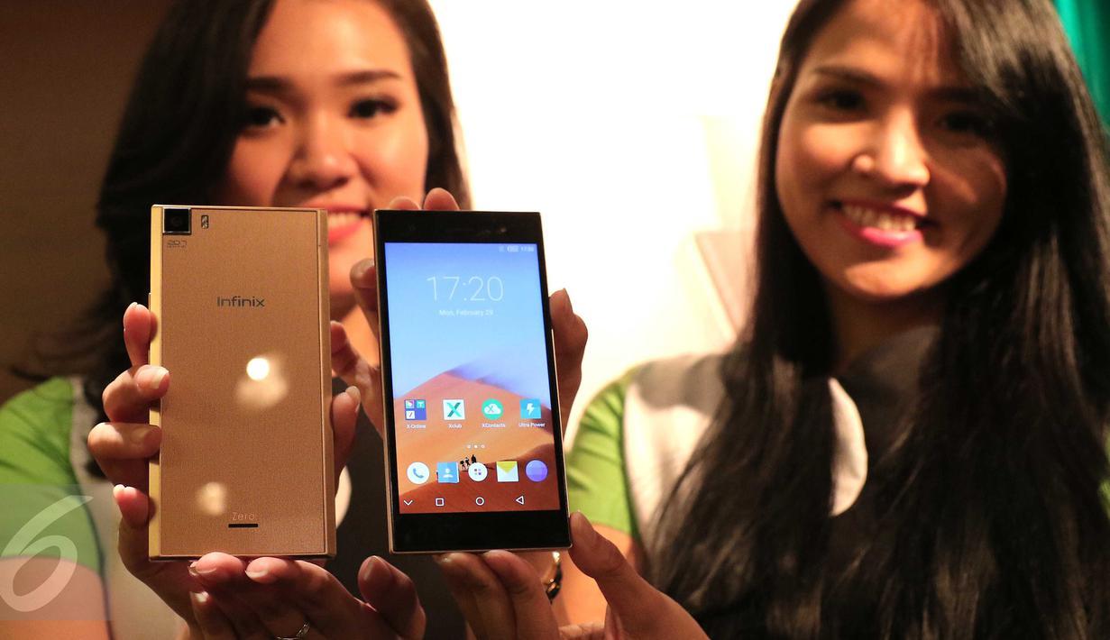 Model menunjukan smartphone Infinix Zero 3 saat peluncuran perdana di Jakarta, Senin (29/2/2016). Infinix Zero 3 menyajikan teknologi yang dipadu dengan konsep fotografi propesional. (Liputan6.com/Angga Yuniar)