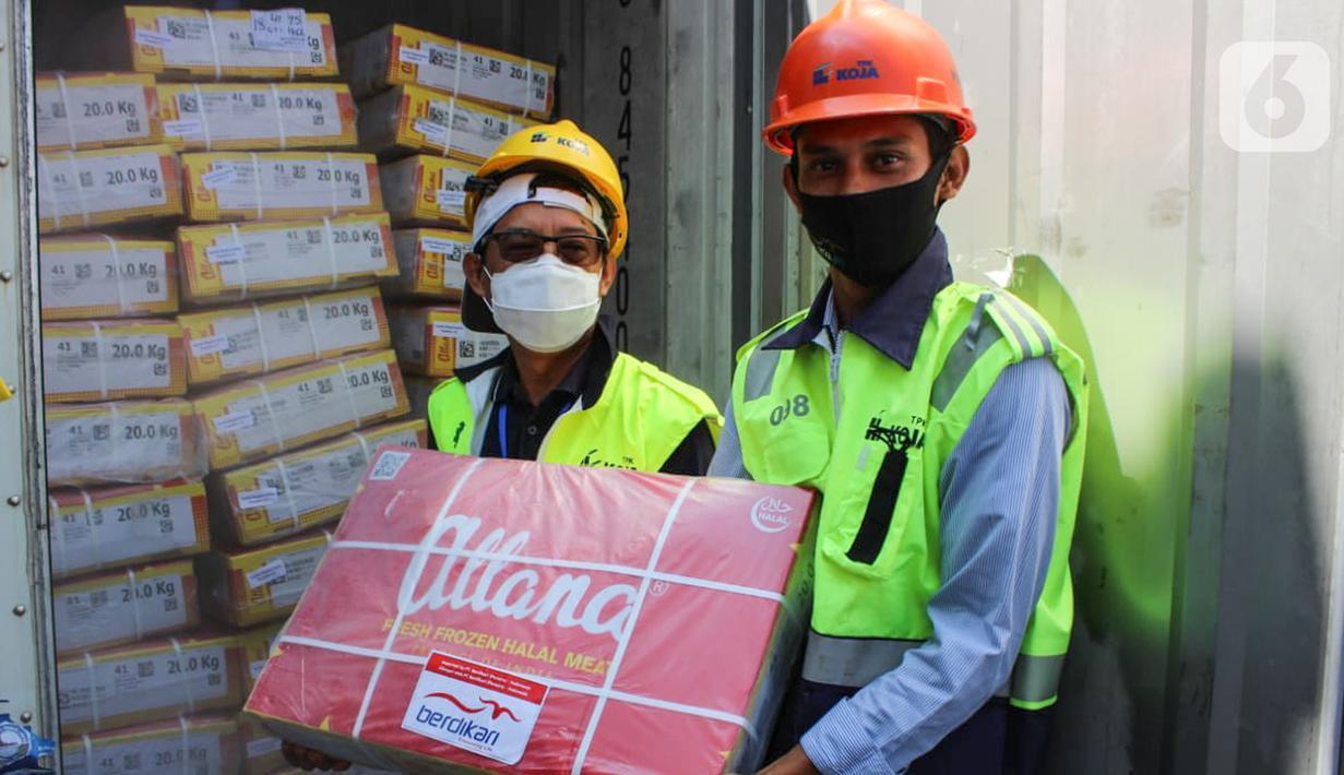 Direktur Operasional PT Berdikari (Persero) Muhammad Hasyim (kiri) dan Ass. Manager Peternakan Bambang Setyo Utomo (kanan) menerima pengiriman perdana 672 ton daging kerbau impor dari India di pelabuhan Tanjung Priok Jakarta, Sabtu (30/5/2020) (Liputan6.com/HO/Ady)