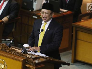 Ketua DPR RI  Bambang Soesatyo saat memberikan pidato pertama usai dilantik menjadi ketua DPR RI di DPR RI, Jakarta, Senin (15/1). Bambang Soesatyo resmi dilantik sebagai Ketua DPR menggantikan Setya Novanto. (Liputan6.com/Angga Yuniar)