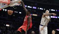 Forward Toronto Raptors Pascal Siakam melakukan slam dunk pada laga NBA 2019/2020 melawan LA Lakers di Staples Center, Minggu (10/11/2019) atau Senin WIB.  (AP Photo/Marcio Jose Sanchez)