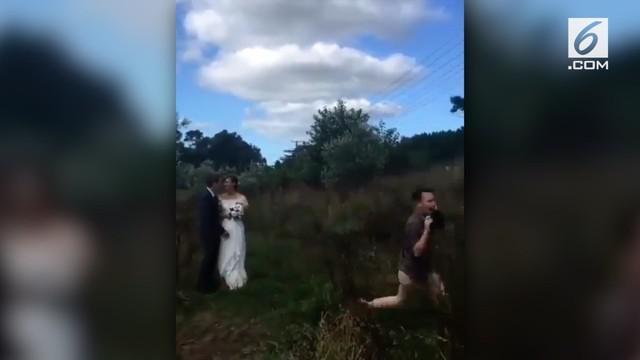Ketika melihat aksi fotografer ini saat merekam momen prewedding, warganet merasa capek karenanya.