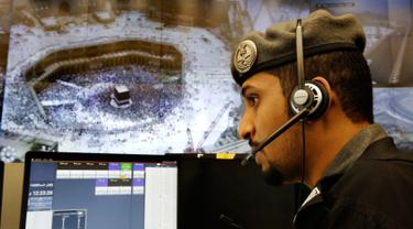 Perwira polisi Arab Saudi memantau layar yang memperlihatkan Masjidil Haram di Pusat Pemantauan 911, Makkah, Selasa (6/8/2019). Pusat Pemantauan 911 memantau melalui 5.900 kamera di Kota Makkah. (AP Photo/Amr Nabil)