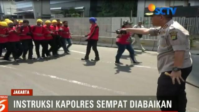 Aksi turun ke jalan ribuan buruh, yang menerobos barikade polisi untuk Menuju Bundaran Hotel Indonesia, berujung bentrok.