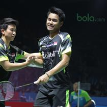 Tontowi Ahmad/Liliyana Natsir merayakan kemenangan atas pasangan Malaysia, Tan Kian/Lai Peng pada babak pertama Indonesia Open 2018 di Istora Senayan, Jakarta, (3/6/2018). Tontowi/Liliyana menang 21-11 21-14.  (Bola.com/Nick Hanoatubun)