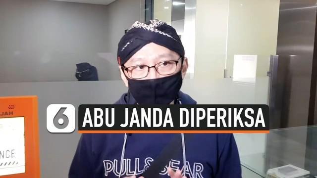 Permadi Arya alias Abu Janda kembali mendatangi Bareskrim Polri untuk diperiksa dalam dugaan kasus cuitan berbau rasisme. Ia dilaporkan KNPI atas dugaan menghina Natalius Pigai.