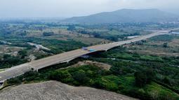 Pasukan militer Venezuela memblokir perbatasan dengan Kolombia di Jembatan Tienditas, Cucuta, Kolombia, Rabu (6/2). Hal itu untuk mencegah masuknya bantuan kemanusiaan yang dikirim oleh pihak-pihak pendukung oposisi. (EDINSON ESTUPINAN / AFP)