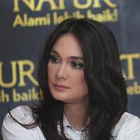 """""""Iya. Kalau lagi ada masalah. Gua jadi yang heuh (pusing). Mikir banget,"""" kata Luna Maya di kawasan Tanah Abang, Jakarta Pusat, Selasa (3/5). (Andy Masela/Bintang.com)"""