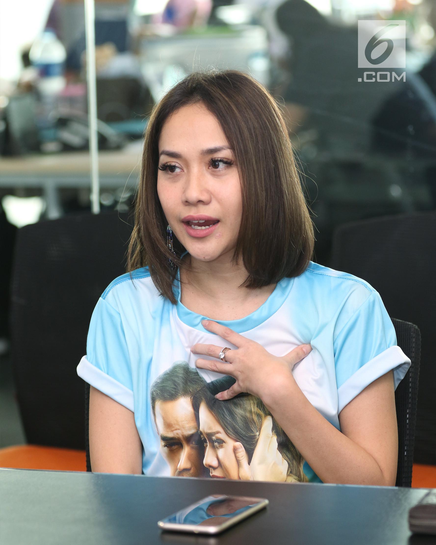 Pemain film Surat Kecil Untuk Tuhan, Bunga Citra Lestari saat berkunjung ke kantor Liputan6.com di SCTV Tower, Jakarta, Selasa (30/5). (Liputan6.com/Fatkhur Rozaq)