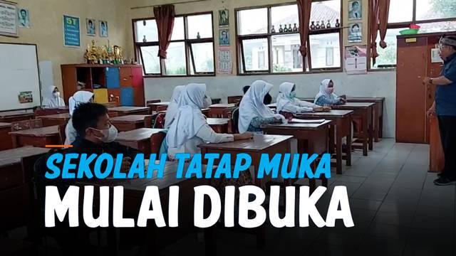 Sekolah tatap muka mulai digelar di kota Tasikmalaya, Jawa Barat. Masing-masing siswa diwajibkan memakai maskre dan menaati prokes selama di kelas.