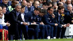Jose Mourinho dan Andre Villas-Boas memperhatikan anak asuhnya bertanding pada pertandingan antara Tottenham Hotspur vs Chelsea di White Hart Lane, London (28/09/2013), (AFP/Ian Kington).