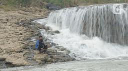 Warga memancing ikan di sungai Cileungsi, Pasir Mukti, Jawa Barat, Sabtu (29/5/2021).  Mencari ikan dengan alat pancing seadanya merupakan cara warga di sekitar Sungai Cileungsi untuk mengisi kekosongan waktu. (merdeka.com/Imam Buhori)