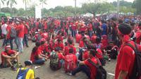Ribuan suporter Timnas Indonesia tak masuk Stadion Shah Alam karena kesulitan mendapatkan tiket, Sabtu (26/8/2017). (Bola.com/Benediktus Gerendo Pradigdo)