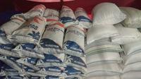 Beras Bulog yang seharusnya untuk operasi pasar Januari 2018, masih tersimpan rapi di gudang beras milik S, Cilacap. (foto : Liputan6.com/edhie prayitno ige)