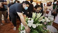 Suasana Pemakaman Ayah Ivan Gunawan (Bambang E Ros/Fimela.com)
