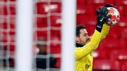 Kiper Borussia Dortmund, Roman Buerki menangkap bola saat mengikuti sesi latihan tim di Stadion Wembley di London, Inggris (12/2). Dortmund akan bertanding melawan Tottenham Hotspur pada babak 16 besar Liga Champions. (AP Photo/Frank Augstein)
