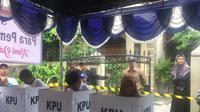 Calon Wakil Gubernur Jabar Ahmad Syaikhu menggunakan hak suaranya di Pilkada 2018. (Liputan6.com/Muhammad Radityo Priyasmoro)