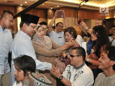 Calon presiden nomor urut 02 Prabowo Subianto menyalami penyandang disabilitas saat menghadiri peringatan Hari Disabilitas Internasional ke-26 di Jakarta, Rabu (5/12). Acara ini dihadiri Komunitas Disabilitas Indonesia. (Merdeka.com/Iqbal Nugroho)