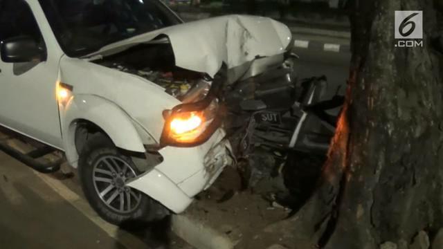 Kecelakaan tunggal menimpa mobil yang sedang melintas di jalan Cempaka Putih Jakarta Pusat. Mobil oleng, lalu menambrak pohon.