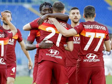 Para pemain AS Roma merayakan gol yang dicetak oleh Borja Mayora ke gawang Crotone pada laga Liga Italia di Stadion Olimpico, Senin (10/5/2021). AS roma menang dengan skor 5-0. (AP/Gregorio Borgia)