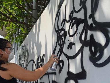 Siswa sedang melukis mural di dinding sekolah Jakarta Intercultural School (JIS), Jakarta, Sabtu (7/4). Kolaborasi antara darbortz dan siswa dilaksanakan dengan tujuan agar siswa memiliki pengalaman langsung berinteraksi. (Liputan6.com/Herman Zakharia)