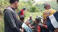 Kakek Pato (100) warga Dusun Kalo'bag, Desa Ulumanda, Kecamatan Ulumanda, Kabupaten Majene, Sulawesi Barat (Sulbar) harus ditandu puluhan kilometer hanya untuk mendapatakan perawatan medis di puskesmas terdekat. (Liputan6.com/Abdul Rajab Umar)