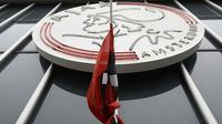 Bendera setengah tiang terpasang di depan Markas klub Ajax, Stadion Amsterdam Arena, Amsterdam, Kamis (24/3/2016). Johan Cruyff merupakan pemain jebolan akademi Ajax yang memulai kariernya pada tahun 1964. (AFP/Franck Fife)