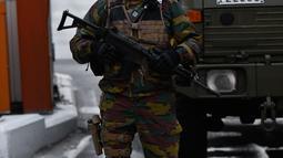 Tentara Belgia melakukan penjagaan di dekat bandara Zaventem, Brussels, Belgia, (23/3). Pihak keamanan Belgia saat ini sedang memburu seorang pria yang diduga pelaku serangan teror.  (JOHN THYS / AFP)