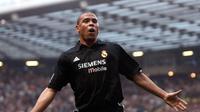 9. Ronaldo da Lima - Penyerang terbaik yang tercatat dalam sejarah sepak bola dunia. Kemampuan yang ia miliki baik teknik individu dan ketajaman membuat para bek kelas dunia memberi hormat kepada Ronaldo. (AFP/Paul Barker)