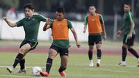 Pemain Timnas Indonesia, Gavin Kwan, berebut bola dengan Dedik Setiawan, saat latihan di Universitas Kasetsart, Bangkok, Kamis (15/11). Latihan ini persiapan jelang laga Piala AFF 2018 melawan Thailand. (Bola.com/M. Iqbal Ichsan)