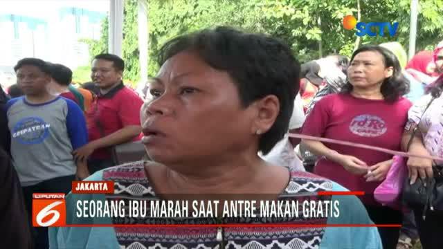 Emosi ibu ini tak bisa lagi dibendung, manakala ia ditolak petugas karena diminta mengantre pembagian makanan ringan gratis di Pesta Rakyat.