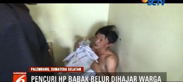 Kepergok mencuri telepon genggam, seorang pemuda di Palembang, Sumatra Selatan, babak belur dihajar massa karena mencoba berdalih dan melawan.
