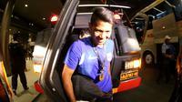 Pemain Persib, Ahmad Jufriyanto, turun dari kendaraan taktis (Rantis) polisi saat tiba di hotel setelah final Piala Presiden 2015 di Stadion Utama Gelora Bung Karno, Jakarta, Minggu (18/10/2015). (Bola.com/Nick Hanoatubun)