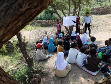 Potret Anak-Anak Yaman Sekolah di Bawah Pohon