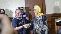 Terdakwa kasus dugaan korupsi investasi perusahaan di blok Basker Manta Gummy (BMG) Australia tahun 2009, Karen Agustiawan (kanan) bersalaman dengan awak media saat akan menjalani sidang pembacaan putusan di Pengadilan Tipikor, Jakarta, Senin (10/6/2019). (Liputan6.com/Herman Zakharia)
