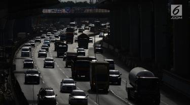 Padat merayap kendaraan di ruas jalan Tol Jakarta-Cikampek, Bekasi, Jawa Barat, Sabtu (29/12). Menghadapi libur panjang akhir tahun diperkirakan volume kendaraan meningkat hingga 30 persen. (Merdeka.com/Imam  Buhori)