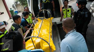 Petugas menurunkan jasad pelaku pengeboman di Taman Pandawa-Bandung, saat tiba di RS Polri Kramat Jati, Jakarta Timur, Senin (27/2). Jenazah dibawa menggunakan ambulans sekitar pukul 14.50 WIB dari Bandung. (Liputan6.com/Gempur M Surya)