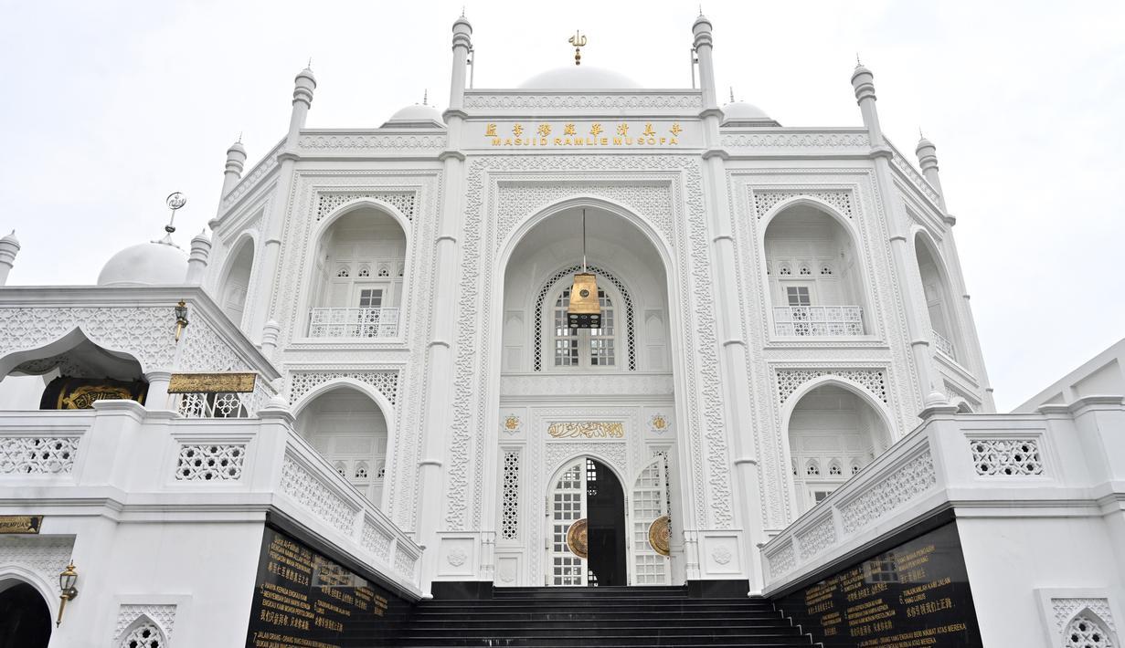 060340700 1588675296 20200505 Indahnya Masjid Ramlie Musofa yang Mirip Taj Mahal di Jakarta 4 - 5 Masjid di Indonesia yang Memiliki Arsitektur Indah dan Unik