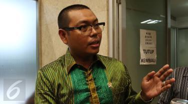 Anggota Komisi VII DPR, Mukhtar Tompo memberikan keterangan pers usai Rapat Dengar Pendapat di Gedung DPR/MPR, Jakarta, Kamis (9/2). Mukhtar mengaku mendapat perlakuan yang tidak menyenangkan dari Dirut PT Freeport Indonesia (Liputan6.com/Johan Tallo)