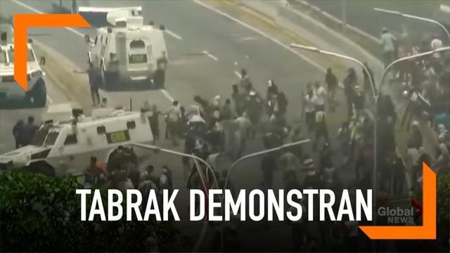 Mobil berlapis baja milik tentara Venezuela menabrak pendemo yang ingin menggulingkan Presiden Maduro.