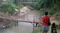 Sejak putus pada 21 Januari 2014, jembatan gantung di kawasan Pekarungan, Kota Serang, belum diperbaiki.